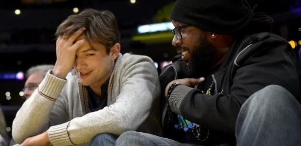 28.fev.2013 - Desta vez sem a namorada Mila Kunis, o ator Ashton Kutcher acompanha a partida entre Lakers e Wolves na primeira fileira do ginásio Staples Center