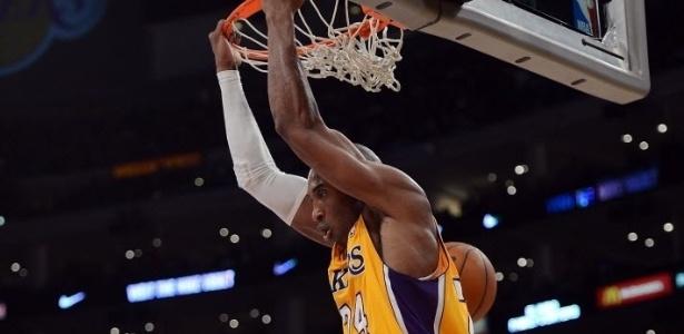 28.fev.2013 - Kobe Bryant relembra seus tempos de garoto e enterra de costas na vitória dos Lakers sobre os Timberwolves
