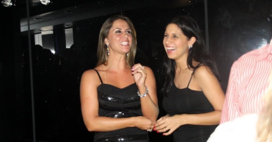 28.fev.2013 - Na madrugada, após o show, Zezé di Camargo curtiu a festa no navio com a suposta namorada, Graciele (à esq.). Os dois, porém, evitaram estar perto um do outro na hora dos flashes