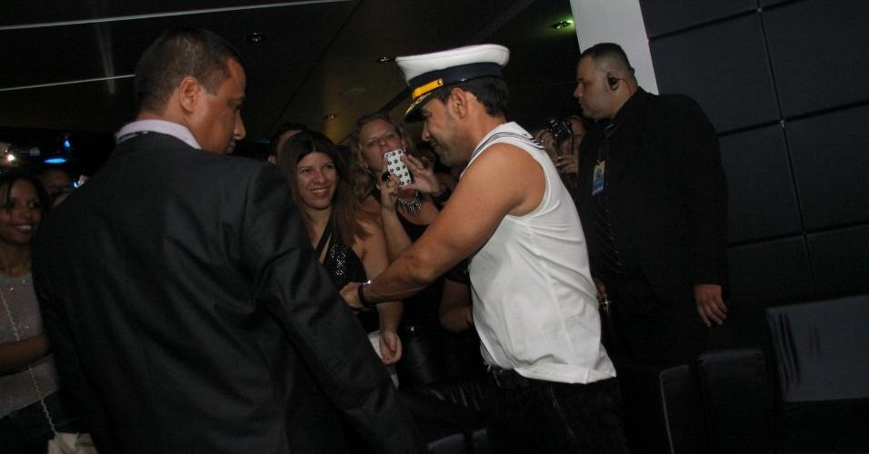 28.fev.2013 - Na madrugada, após o show, Zezé di Camargo curtiu a festa no navio com a suposta namorada Graciele. Os dois, porém, evitaram estar perto um do outro