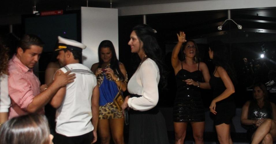 28.fev.2013 - Na madrugada, após o show, Zezé di Camargo curtiu a festa no navio com a suposta namorada, Graciele. Os dois, porém, evitaram estar perto um do outro na hora dos flashes