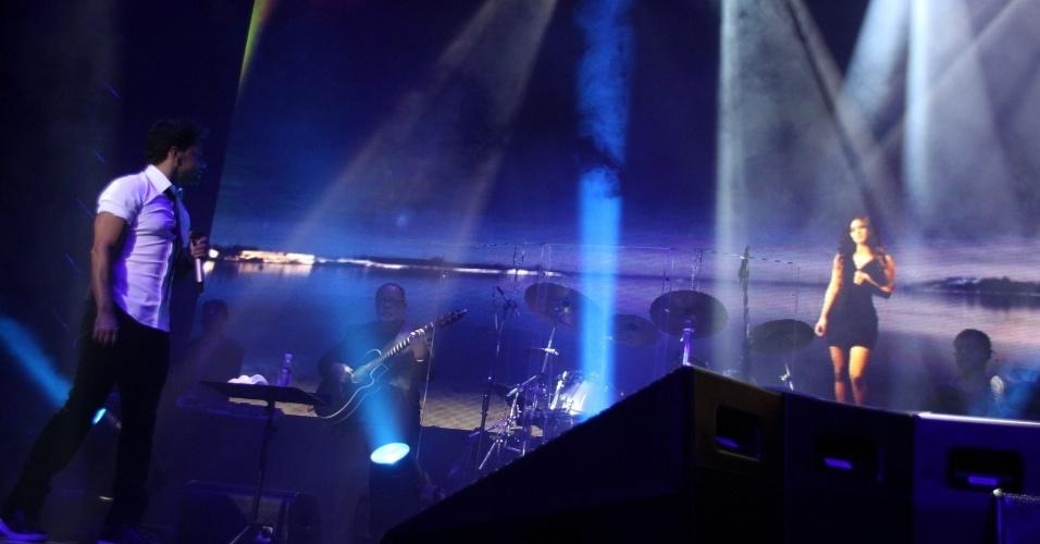 28.fev.2013 - Paula Fernandes aparece em telão para cantar com Zezé di Camargo e Luciano no cruzeiro