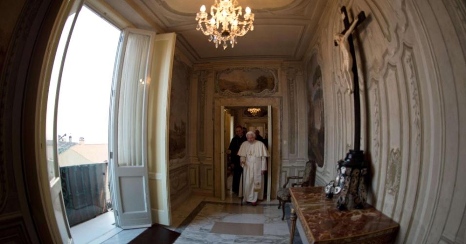 28.fev.2013 - Vaticano libera imagens dos bastidores do último dia do papado de Bento 16. Na foto, o pontífice chega à residência de verão de Castel Gandolfo, no sul da Roma, local onde morará pelos próximos dois meses