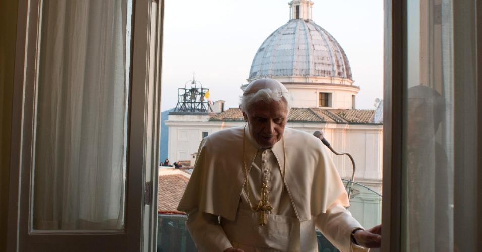28.fev.2013 - Vaticano libera imagens dos bastidores do último dia do papado de Bento 16. Na foto, o pontífice deixa a sacada principal da residência de verão de Castel Gandolfo, no sul da Roma, após emitir sua última mensagem como papa
