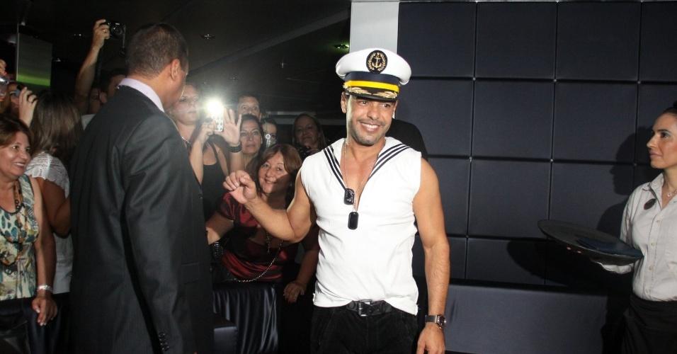 28.fev.2013 - Vestido de marinheiro, Zezé di Camargo curte balada no cruzeiro