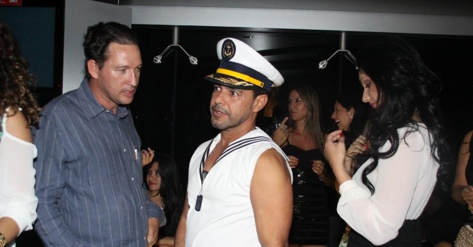 28.fev.2013 - Vestido de marinheiro, Zezé di Camargo curte festa no navio com a suposta namorada, Graciele (à esq.). Os rumores do relacionamento entre os dois é antigo