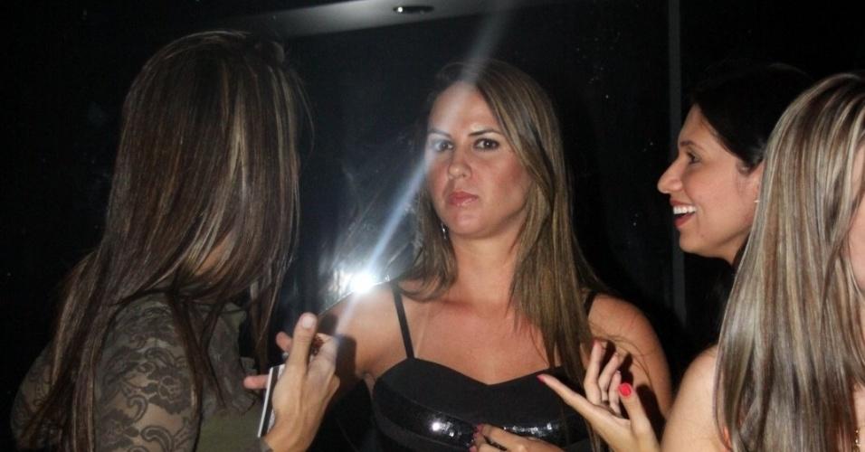 28.fev.2013 - Vestido de marinheiro, Zezé di Camargo curte festa no navio com a suposta namorada, Graciele (no meio). O cantor, porém, negou estar namorando