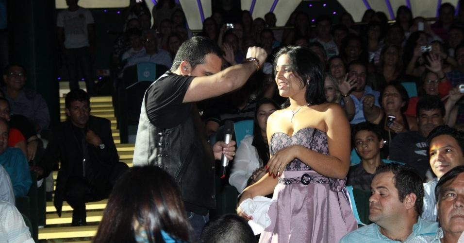 28.fev.2013 Atencioso, Luciano tira foto, abraça e dança com fã durante show no cruzeiro