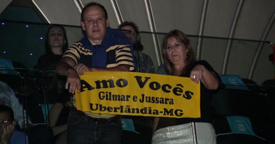 28.fev.2013 Casal de Uberlândia-MG exibe faixa em homenagem à dupla Zeze di Camargo e Luciano durante o cruzeiro