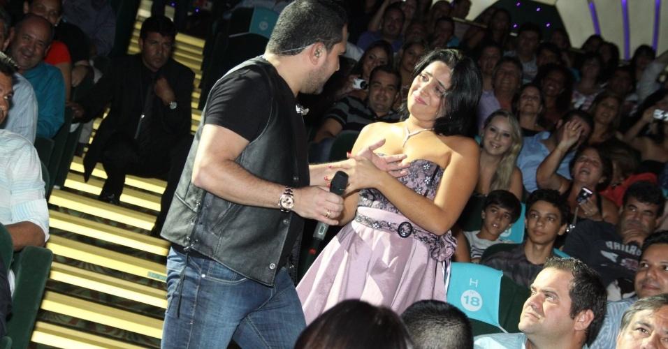 28.fev.2013 Fã se emociona com atenção de Luciano durante show no Cruzeiro
