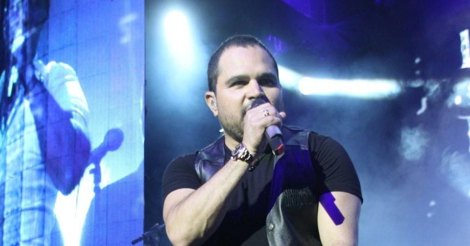 28.fev.2013 Luciano canta sentado durante o show que fez ao lado do irmão Zezé di Camargo, no cruzeiro