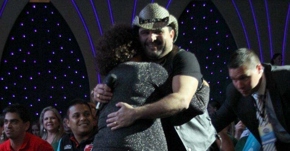 28.fev.2013 Luciano vai até a plateia e abraça fã durante o show no cruzeiro