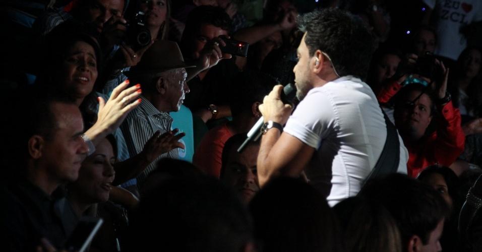 28.fev.2013 Zezé canta no meio da pleteia duante apresentação com o irmão Luciano no cruzeiro