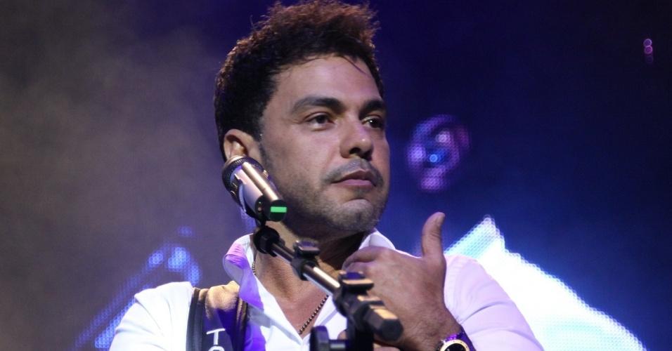 28.fev.2013 Zezé di Camargo durante show no cruzeiro