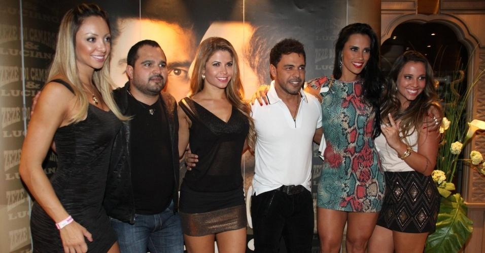 28.fev.2013 Zezé di Camargo e Luciano posam para fotos com as ex-BBBs Kelly Medeiros e Cacau Colucci