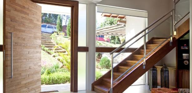 Samy e Ricky Dayan optam por dar um aspecto artístico à porta principal das casas que projetam