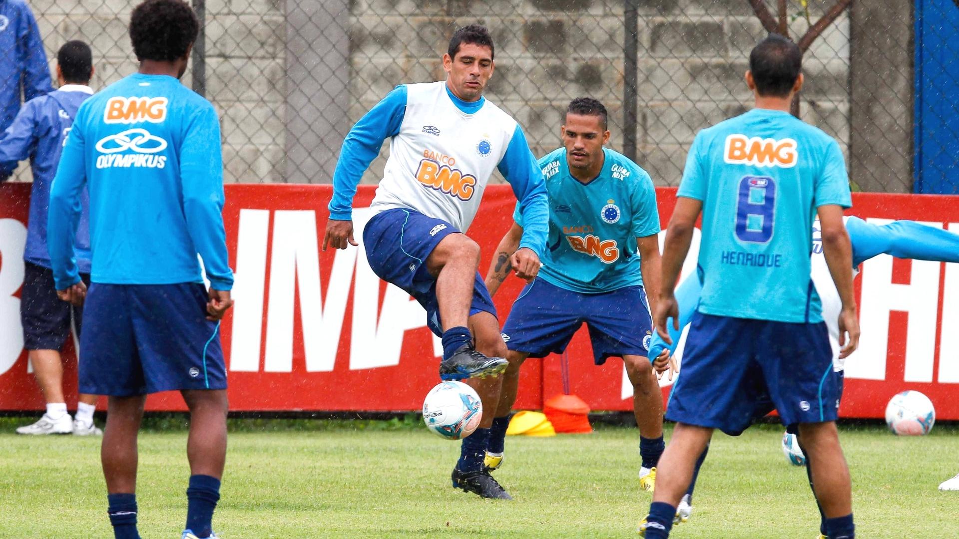 Diego Souza domina a bola durante treino do Cruzeiro na Toca da Raposa II (1/3/2013)