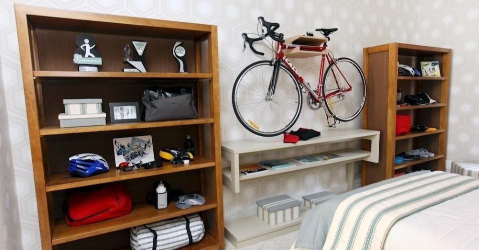 Marcia Brunello criou um quarto para a 17ª Mostra Q&E Quartos que pode agradar o adolescente fã de esportes. No ambiente, a bicicleta do jovem virou um elemento de decoração