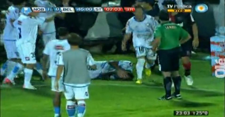 01.mar.2013 - Gastón Turús, do Belgrano, cai no gramado após ser agredido por policial durante jogo do Campeonato Argentino