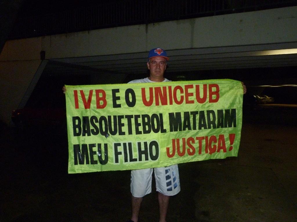 01.mar.2013 - Pai de David Meira, jovem morto em acidente com tabela em 2012, faz protesto durante eventos do Jogo das Estrelas do NBB