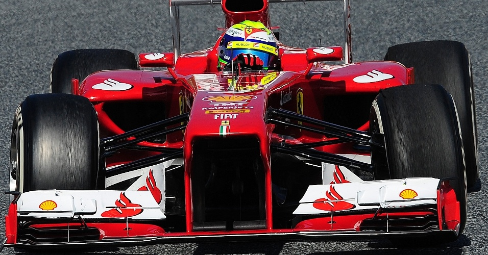 02.mar.2013 - Felipe Massa conduz sua Ferrari pelo circuito de Barcelona durante testes coletivos realizados no circuito de Barcelona