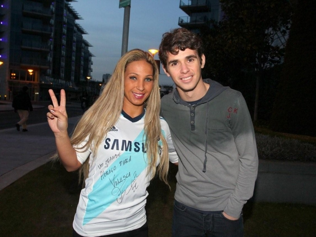 2.mar.2013 - A funkeira Valesca Popozuda visitou o jogador brasileiro Oscar, do Chelsea, durante sua passagem por Londres em turn pela Europa
