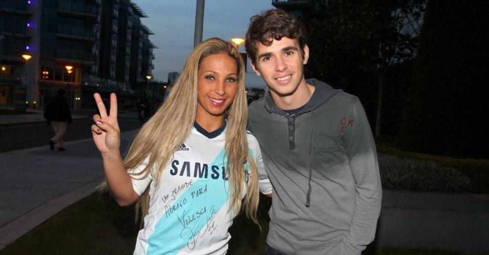 2.mar.2013 - A funkeira Valesca Popozuda visitou o jogador brasileiro Oscar, do Chelsea, durante sua passagem por Londres em turnê pela Europa