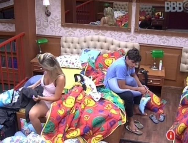 2.mar.2013 - André e Fernanda acordam com toque de despertar e se prepara para ir à sala
