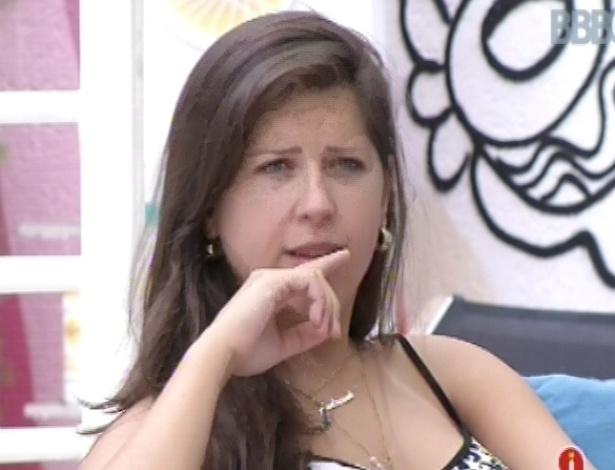 2.mar.2013 - Andressa conversa com Nasser e Natália do lado de fora da casa