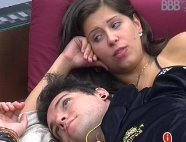 2.mar.2013 - Andressa e Nasser conversam no quarto do líder sobre o relacionamento dos dois e sobre outros participantes da casa
