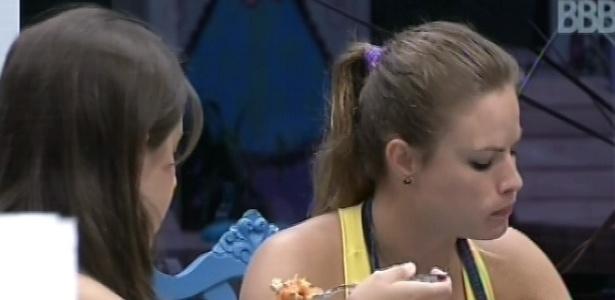 2.mar.2013 - Andressa e Natália almoçam macarronada feita pela gaúcha