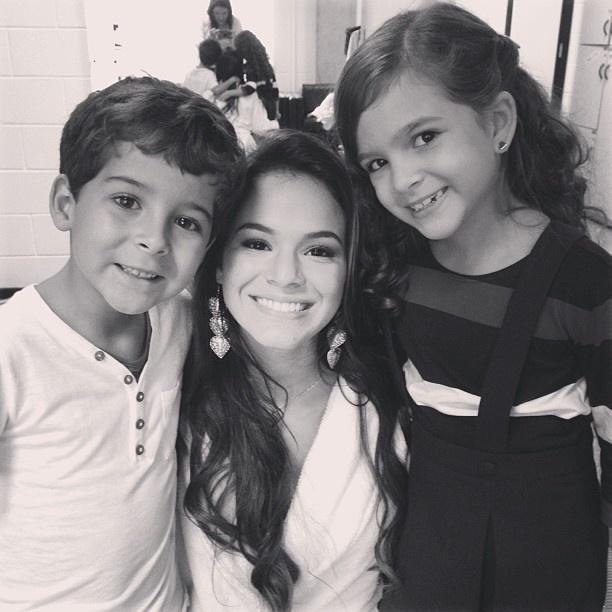 2.mar.2013 - Bruna Marquezine publica foto com atores mirins