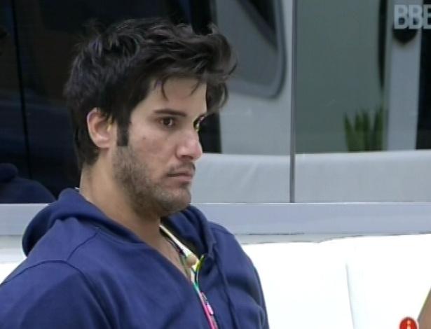 2.mar.2013 - Emparedado, Marcello acorda nesta manhã e senta no sofá, aguardando a movimentação dos outros brothers
