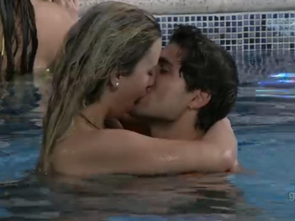 2.mar.2013 - Fernanda e André trocam beijos na piscina