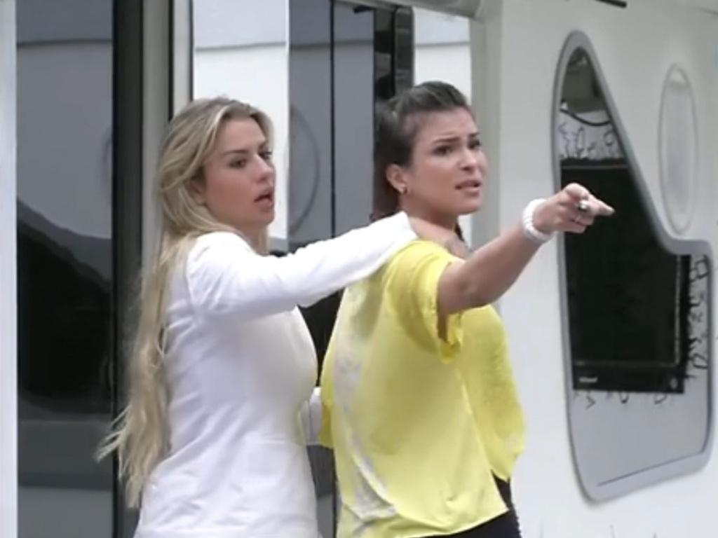 2.mar.2013 - Fernanda tenta acalmar Kamilla, que discute com Marcello sobre a louça