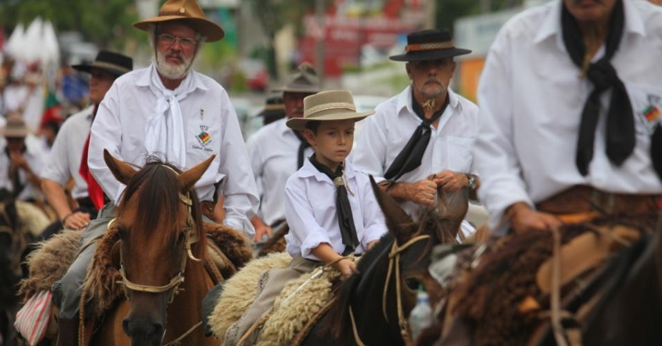 2.mar.2013 - Menino participa de cavalgada que homenageou as 240 vítimas do incêndio na boate Kiss
