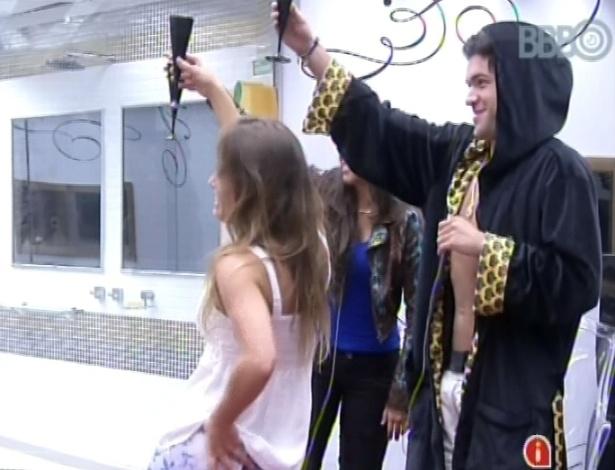 2.mar.2013 - Nasser comemora liderança com Natália e Andressa no quarto do líder
