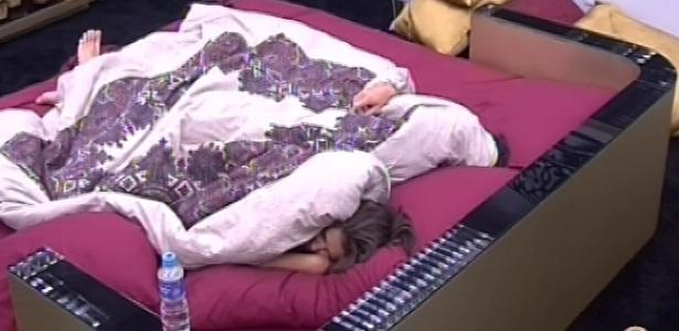 2.mar.2013 - Nasser e Andressa são acordados por toque de despertar no quarto do líder