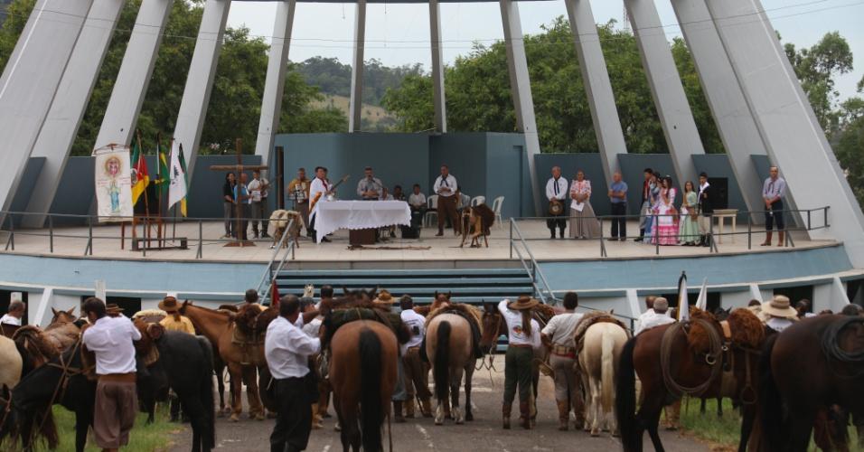 2.mar.2013 - Pessoas participam de missa campeira em Santa Maria (RS) em homenagem às vítimas do incêndio na boate Kiss