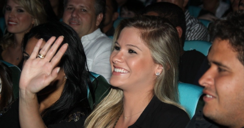 2.mar.2013 Andressa Suita exibe aliança de noivado durante o show de Zezé di Camargo e Luciano, no cruzeiro