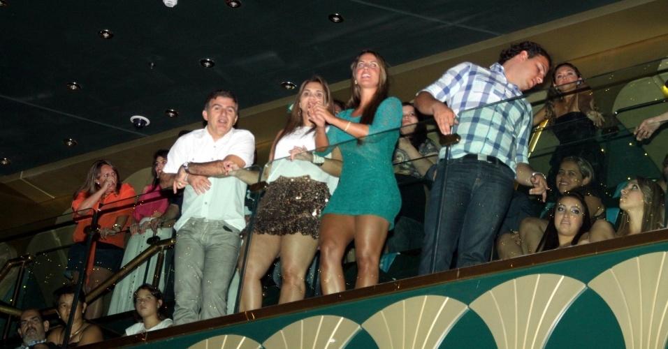 2.mar.2013 Apontada como suposto affair de Zezé, Graziele (de vestido verde) assistiu o show da dupla sertaneja na parte de cima do teatro do cruzeiro