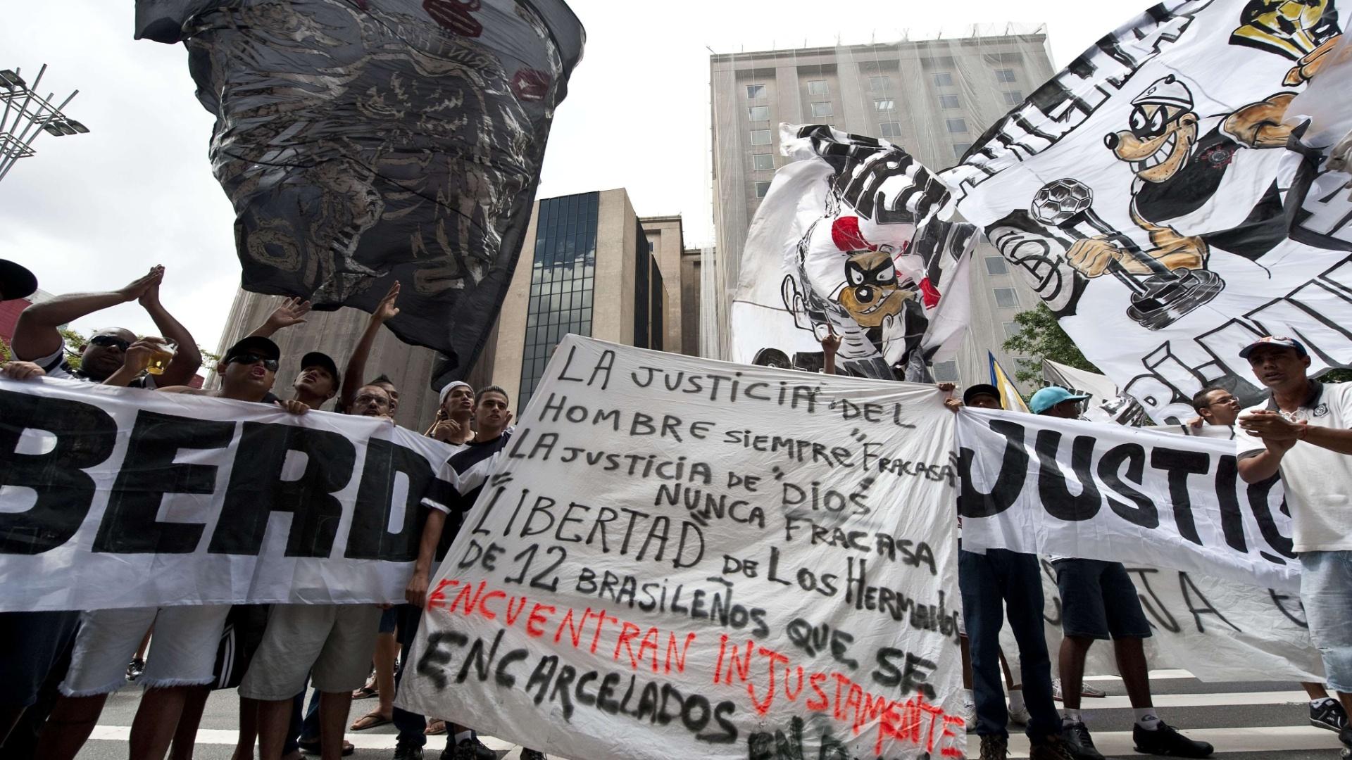 Corintianos de todas as idades protestaram em São Paulo pela prisão de torcedores na Bolívia