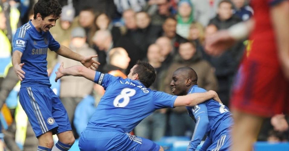De pé, Oscar comemora gol do Chelsea com Lampard e Demba Ba
