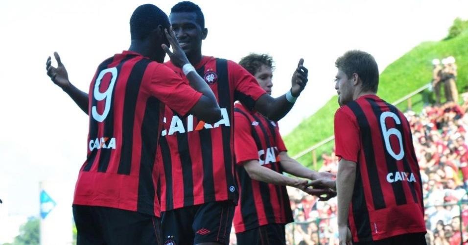 Jogadores do Atlético-PR comemoram vitória por 3 a 0 sobre Operário