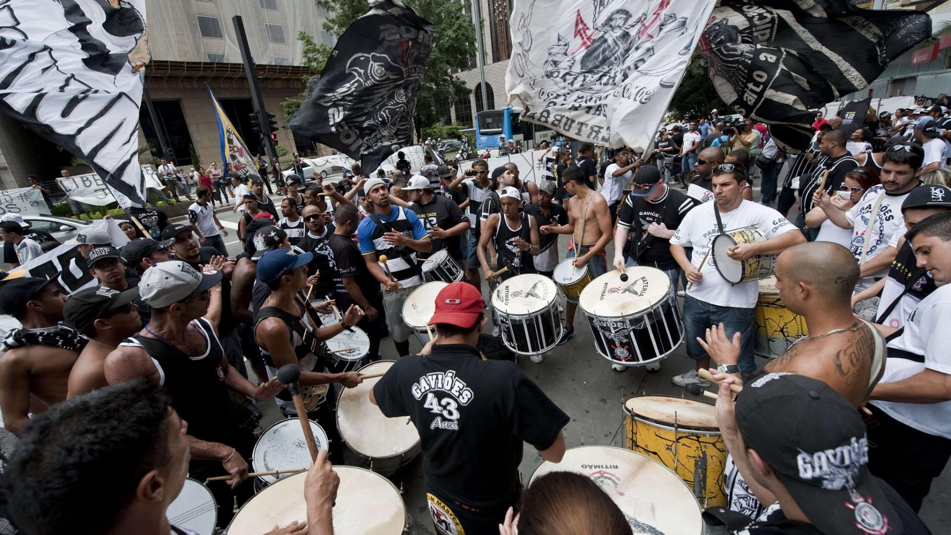 Manifestação na Avenida Paulista reuniu torcedores ligados às organizadas do Corinthians como Gaviões da Fiel e Camisa 12