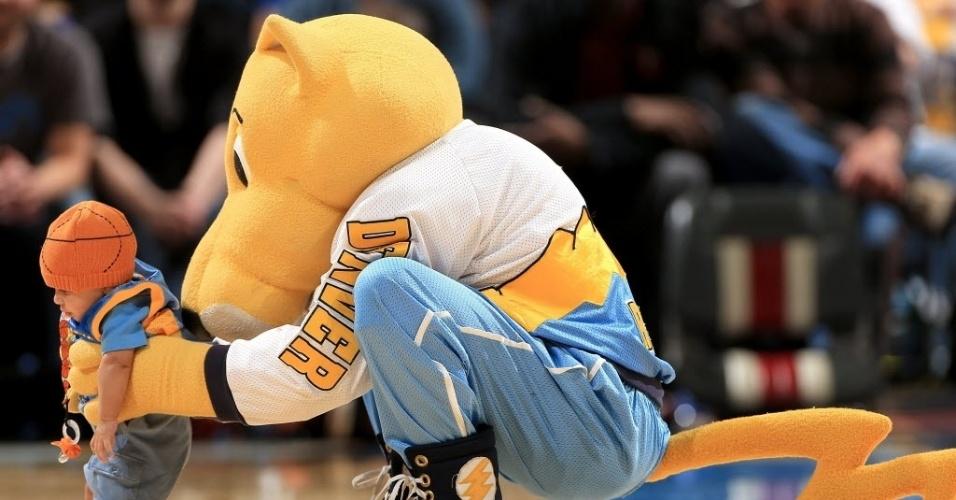 Mascote do Denver Nuggets brinca com criança em jogo da NBA
