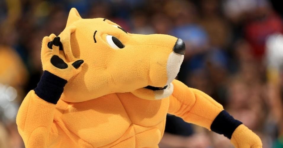 Mascote do Denver Nuggets, Rocky agita a torcida da casa antes da partida contra o Oklahoma City Thunder