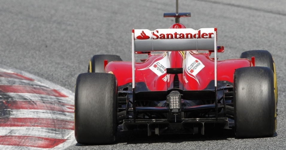 Massa passa muito próximo à zebra ao realizar curva em Barcelona