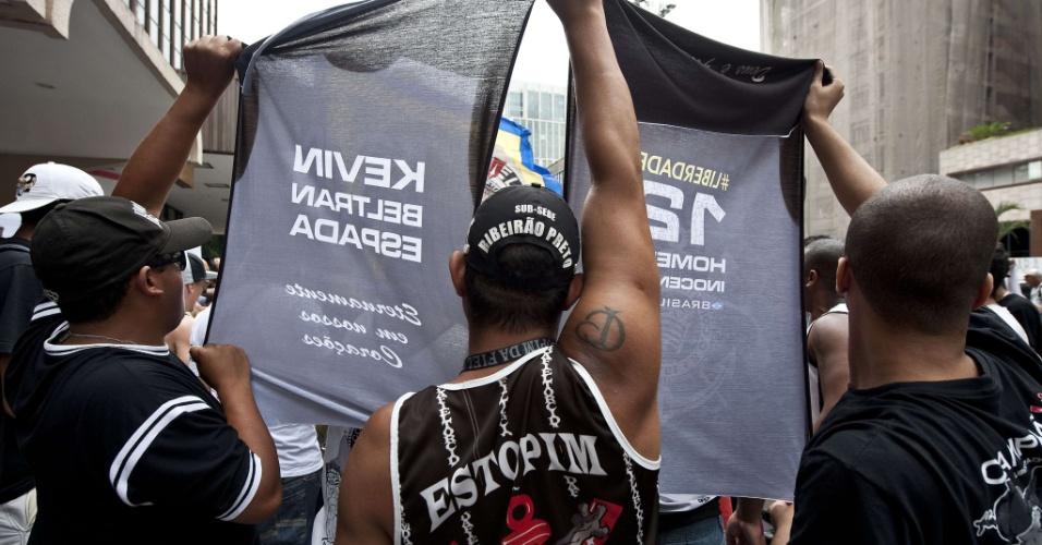 Motivo do protesto em São Paulo é pedir a liberação dos doze torcedores do Corinthians suspeitos de envolvimento na morte do boliviano Kevin Espada, de 14 anos
