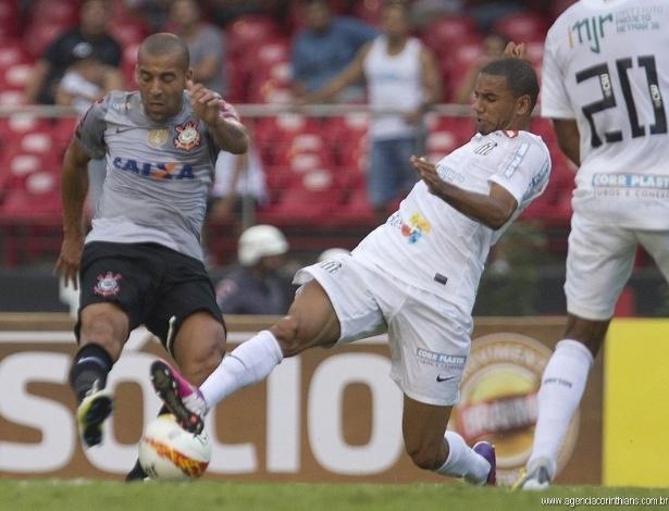 03.03.2013 - Emerson Sheik, atacante do Corinthians, tenta a jogada contra a marcação de Bruno Peres, do Santos, no clássico do Morumbi